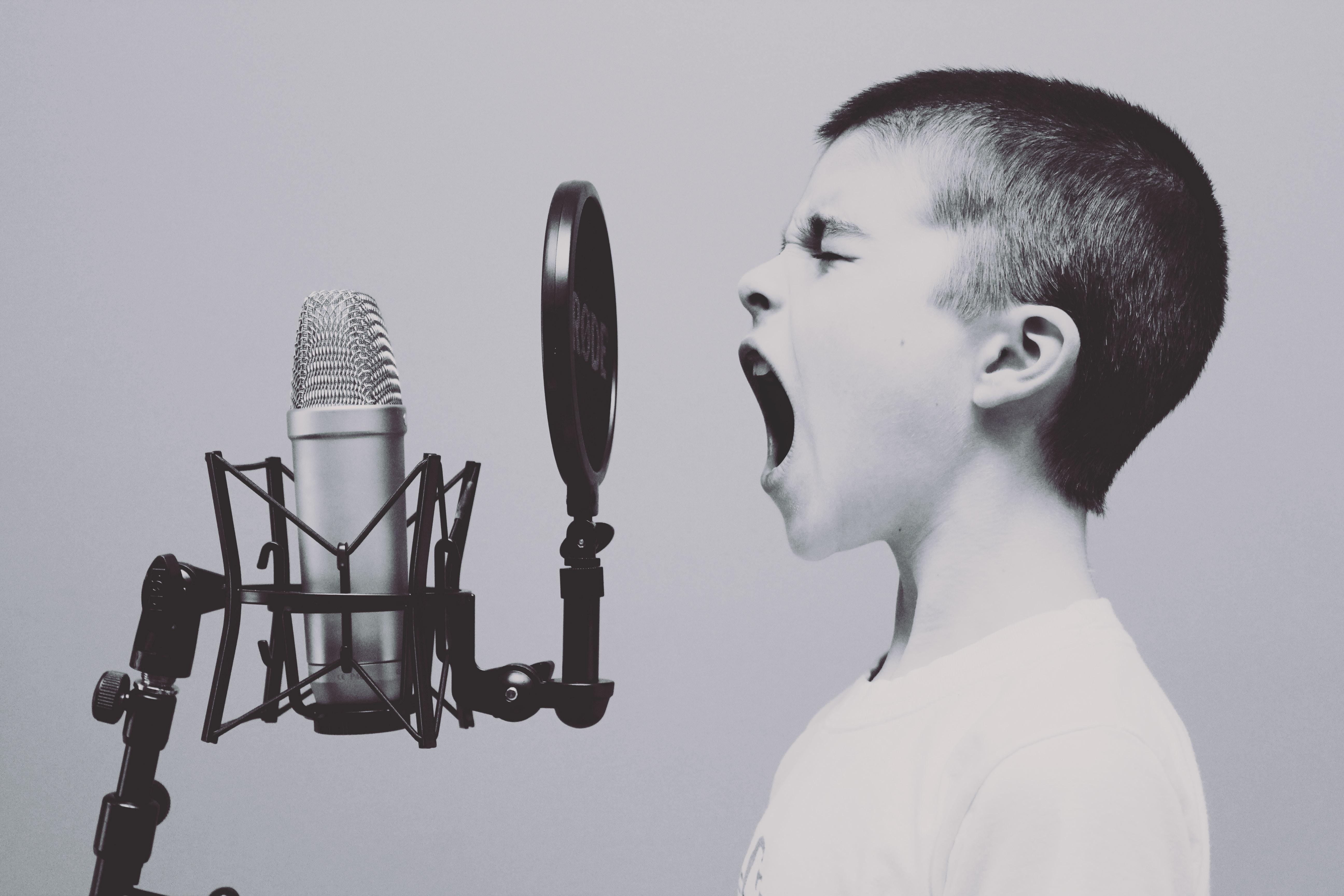 ragazzo che urla al microfono